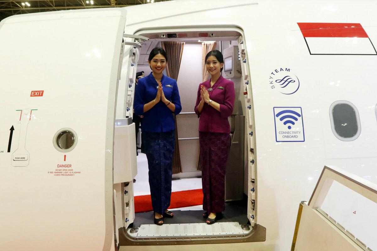 Các tiếp viên của hãng Garuda chào đón các vị khách trong buổi ra mắt máy bay NEO Airbus A330-900 tại sân bay quốc tế Soekarno, thành phố Tangerang. Ảnh: JP/Dhoni Setiawan.