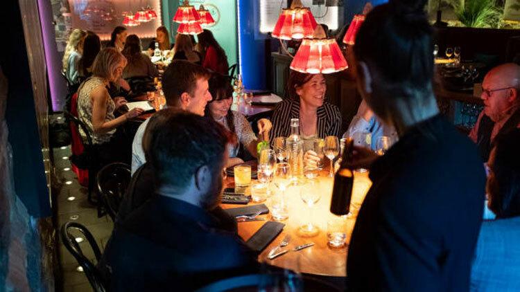 Các quán bar và nhà hàng đều chật kín khách, đây là một hình ảnh hiếm hoi ở châu Âu trong Covid-19. Ảnh: CNN.