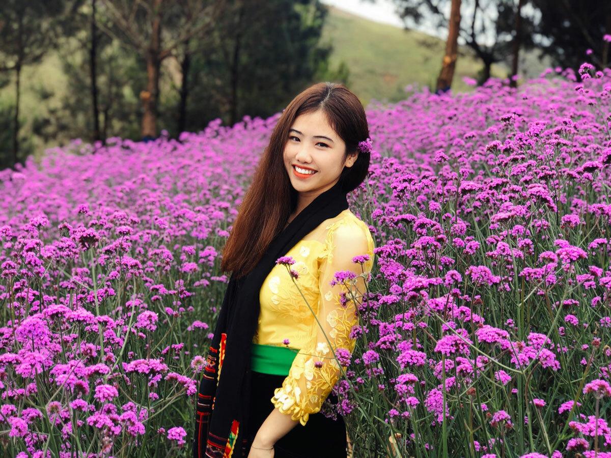 Du khách chụp ảnh tại đồi hoa roi ngựa. Ảnh: Pha Đin Pass.