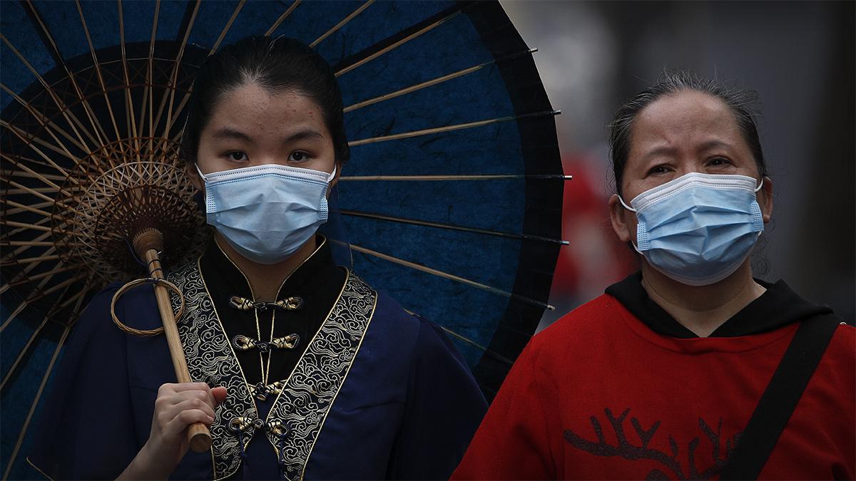 Hai phụ nữ đeo khẩu trang tại phố cổ Nanluoguxiang, điểm du lịch nổi tiếng ở Bắc Kinh, Trung Quốc, ngày 3/5. Ảnh: AP.