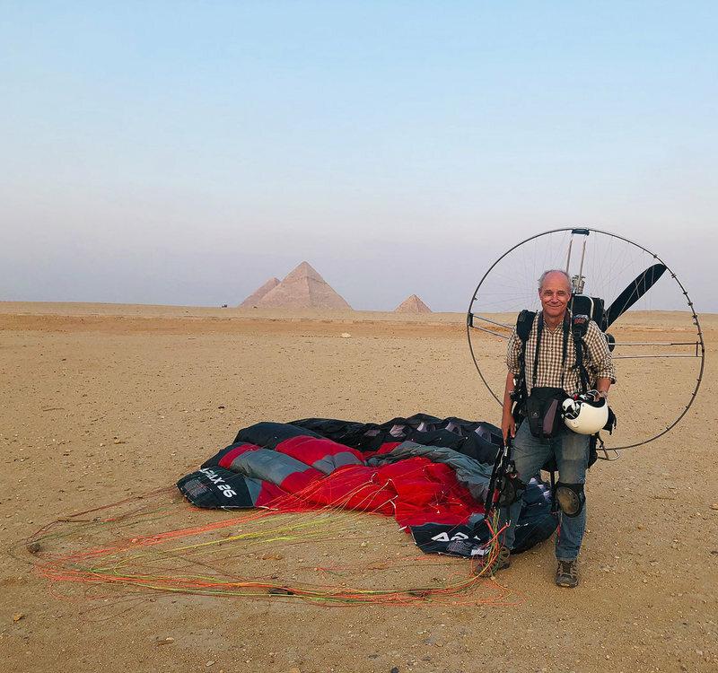 George Steinmetz bay dù lượn tại Giza, Ai Cập. Ảnh:Gaetan Hutter.