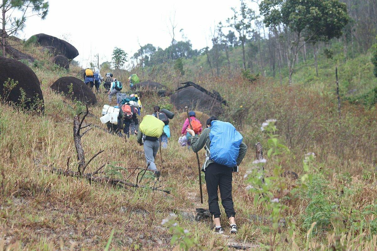 Vớitour trekking thác K50, nếu khách mangquá nhiều vật dụngcó thể thuê người mang giúp (porter) hoặc thuê dịch vụ xe vận chuyển, giá khoảng 200.000 đồng/chuyến. Trong ảnh: Khách đang đi bộ trekking để đến điểm tập kết. Ảnh: Hoàng Phương.