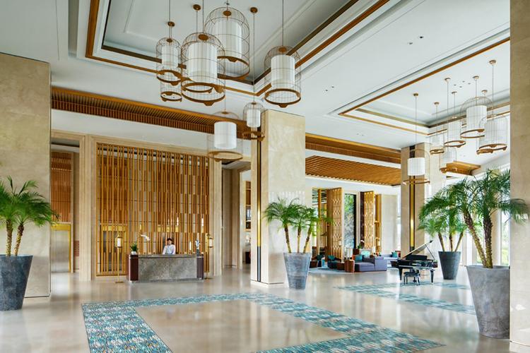 Sảnh khách sạn hiện đại, thanh thoát với nội thất tông màu vàng chủ đạo, tạo cảm giác gần gũi và ấm áp.