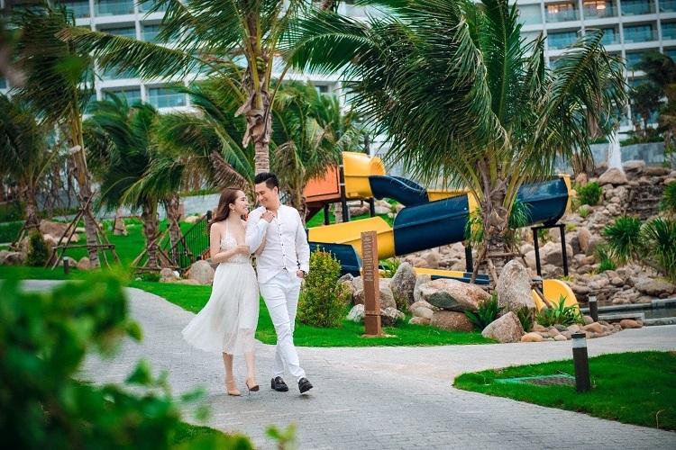 Việt Anh - Quỳnh Nga dạo bộ tay trong tay tại khu nghỉ dưỡng Mövenpick Resort Cam Ranh.