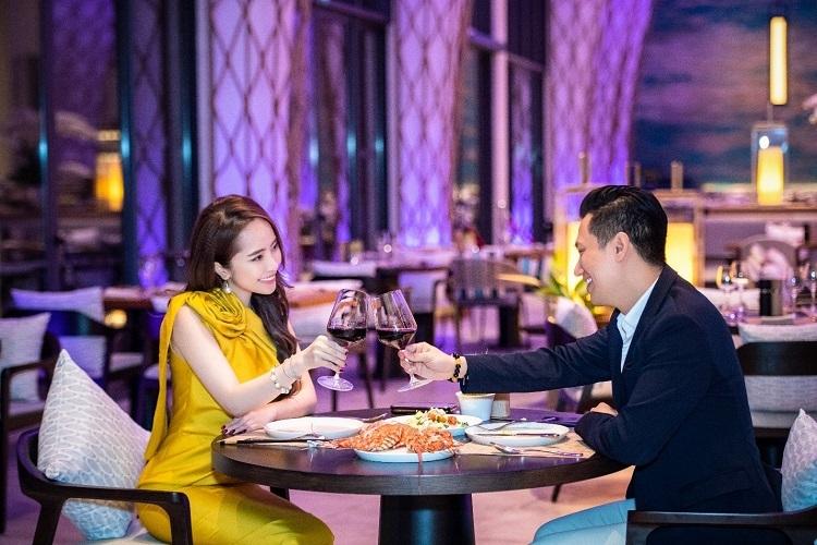 Cặp đôi cùng nhau thưởng thức bữa tối lãng mạn tại nhà hàng Sunrise, bên trong Radisson Blu Resort Cam Ranh.