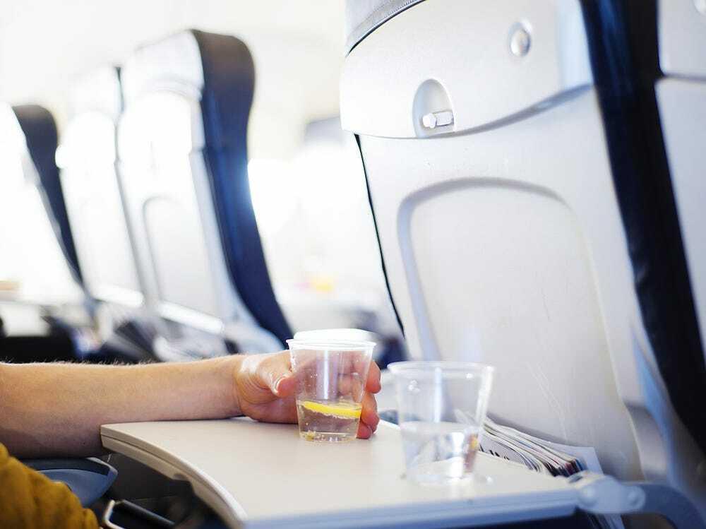 Nhiều hãng hàng không trên thế giới đã cắt bỏ dịch vụ cung cấp đồ ăn, rượu... trên các chuyến bay ngắn trong đại dịch. Ảnh:Halfpoint/iStock.