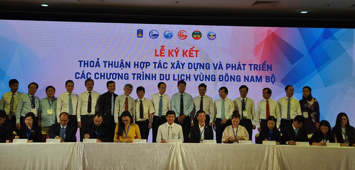 Đại diện các doanh nghiệp du lịch trong vùng Đông Nam bộ ký kết thỏa thuận về hợp tác xây dựng và phát triển du lịch của vùng. Ảnh: Nguyễn Nam.