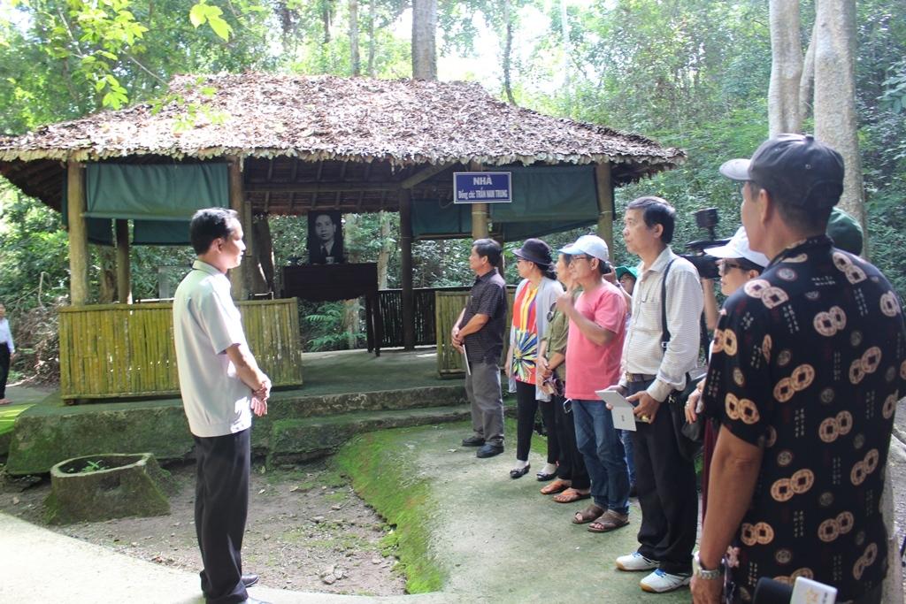 Du khách tham quan Trung ương Cục Miền Nam, Tây Ninh chiều ngày 27/6. Ảnh: Nguyễn Nam.