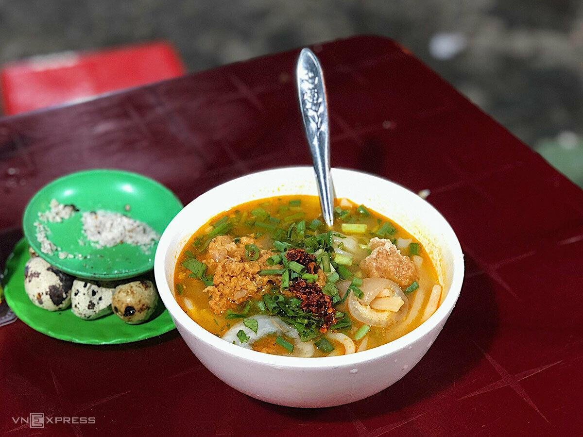 Tô bánh canh cua nóng hổi, ăn trong tiết trời của mùa hè xứ Huế thì toát hết mồ hôi, vậy mà vẫn níu chân biết bao du khách. Ảnh: Ngân Dương.