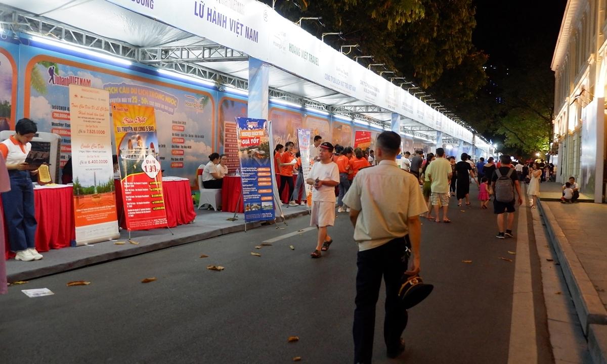 50 gian hàng chạy khu vực kích cầu du lịch dọc đường Lê Thạch giới thiệu hơn 1.000 tour giảm giá sâu.