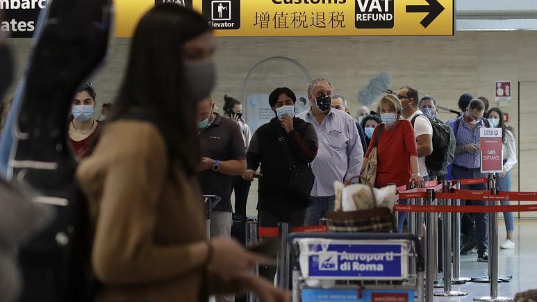 Hành khách chờ đến lượt để bay tới Dusseldorf, Đức tại sân bay Fiumicino, Rome, Italy hôm đầu tháng 6. Ảnh: AP.