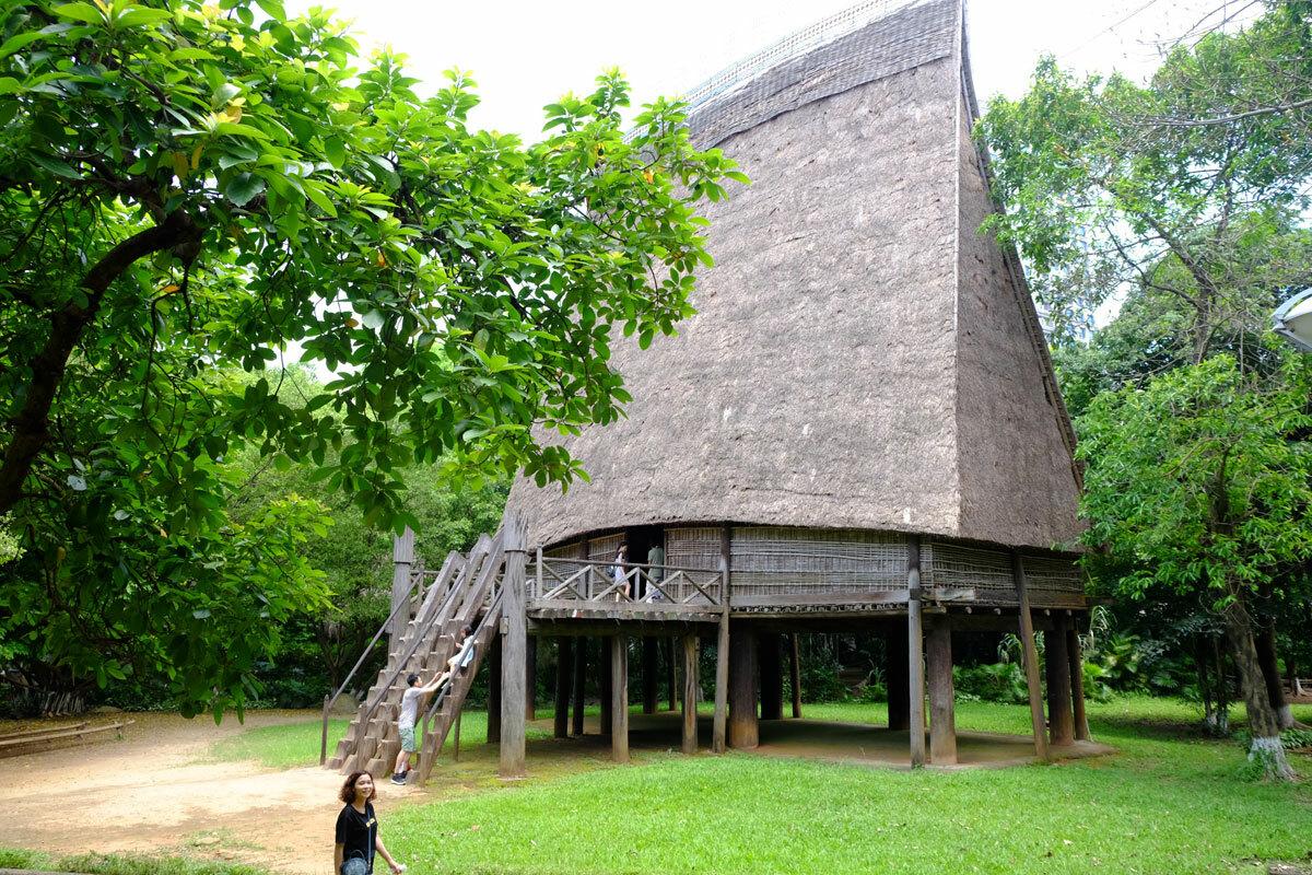 Nhà rông của người Bana trong khuôn viên Vườn kiến trúc. Ảnh: Hương Chi.