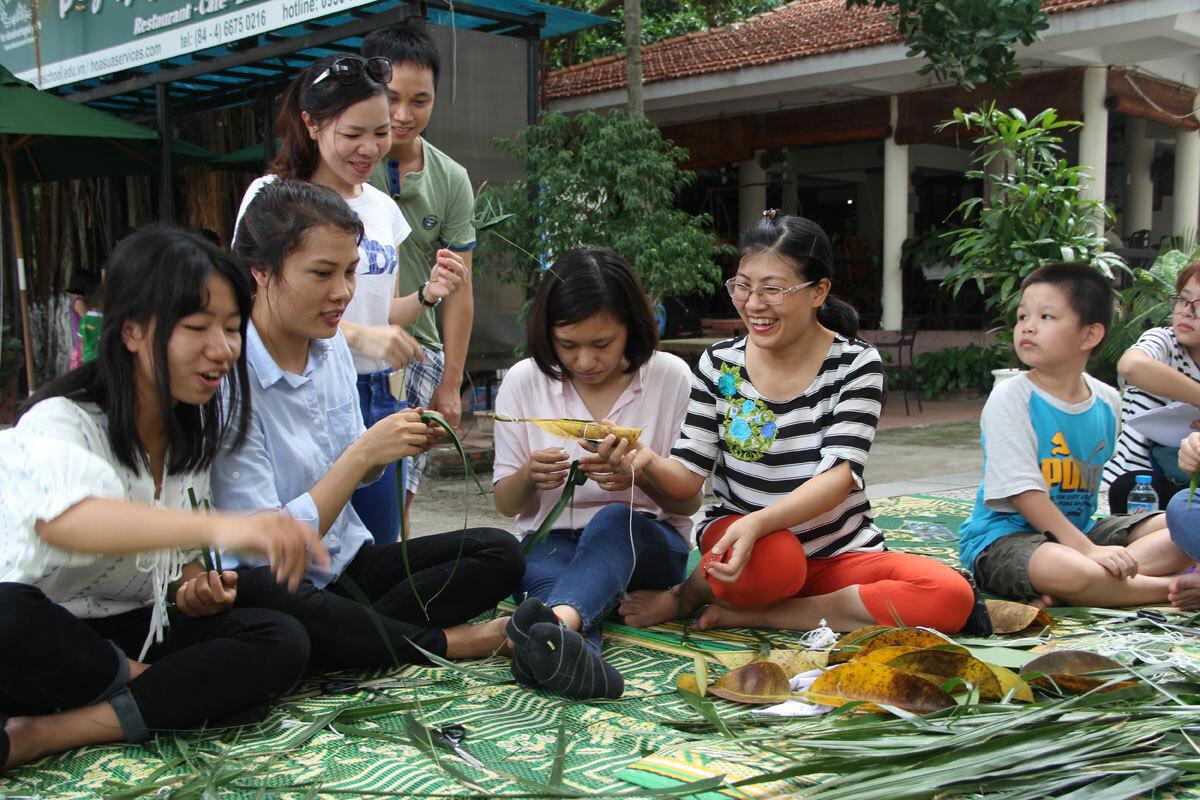 Du khách trải nghiệm làm đồ chơi bằng lá. Ảnh: Bảo tàng Dân tộc học Việt Nam.