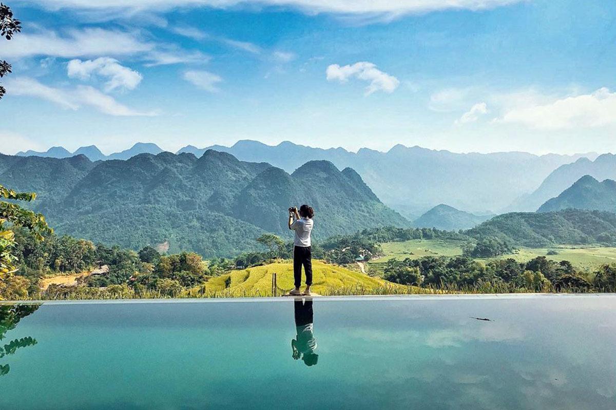 Hồ bơi vô cực của một khu nghỉ dưỡng nhìn bao quát cảnh ruộng bậc thang và rừng núi, sáng sớm còn có thể ngắm biển mây, là nơi nhiều du khách trong và ngoài nước check-in. Ảnh: leesunhy.