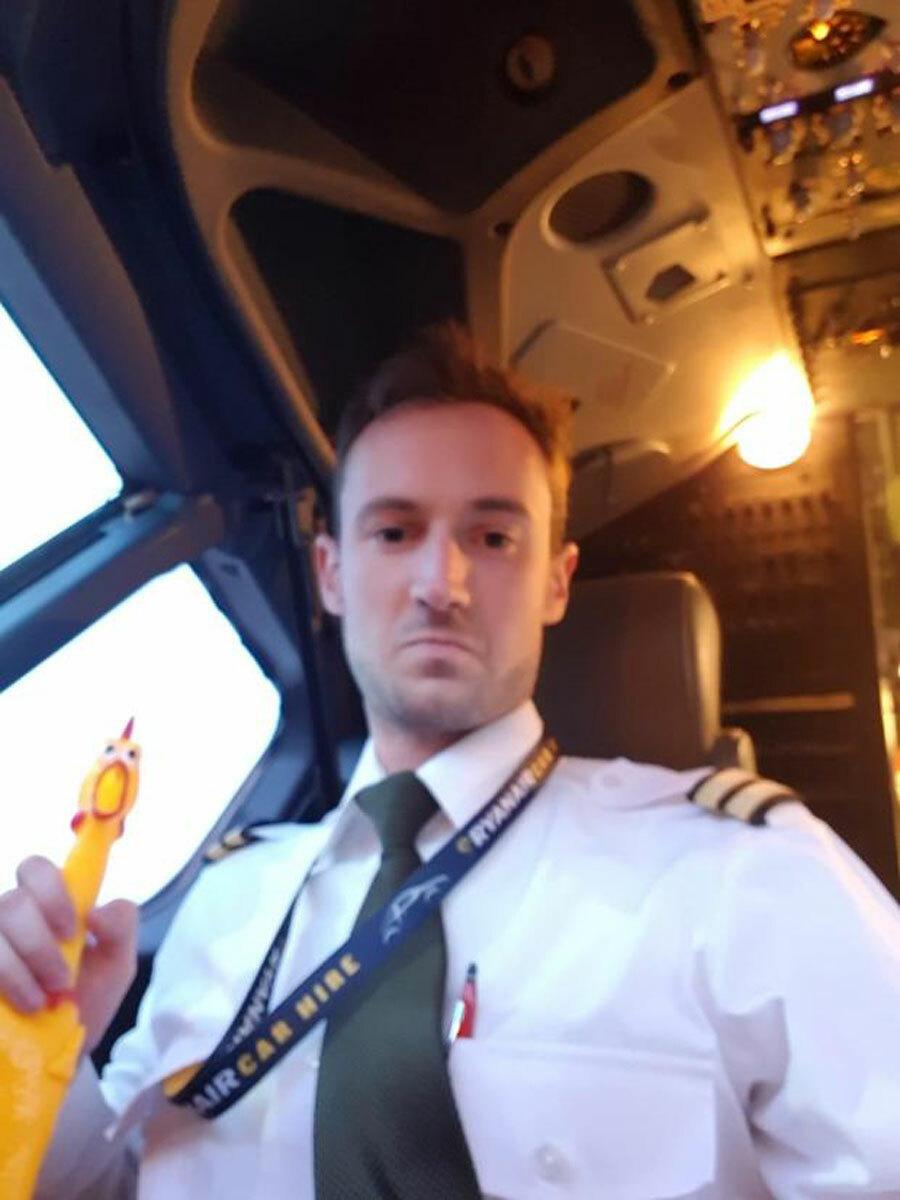 Một cơ phó của hãng bay mang theo gà đồ chơi lên buồng lái. Ảnh: Sun.