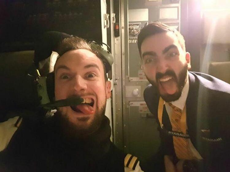 Hình ảnh các phi công, phi hành đoàn đùa giỡn trên máy bay không nhận được sự đồng tình của hãng bay. Ảnh: Sun.