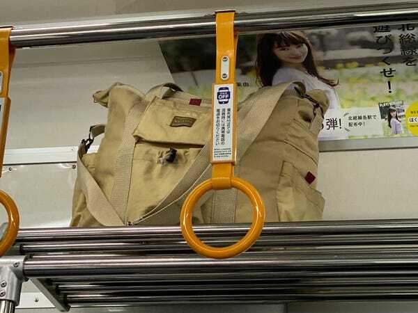Giá để đồ giúp hành khách đi lại thuận lợi giữa lối đi, không phải lo lắng đến cảnh chen chúc qua những người đeo balo hay túi xách to. Ảnh: Martha Sorren.