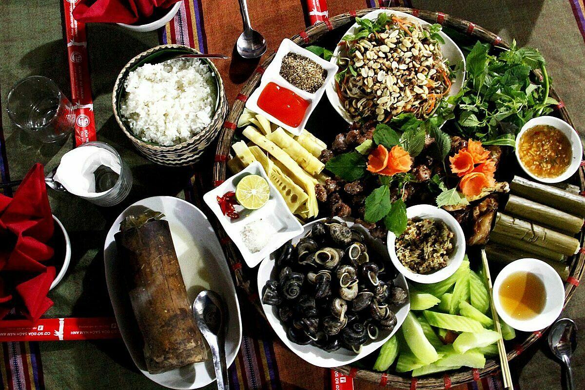 Mâm đặc sản Pù Luông tại một nhà hàng trong khu nghỉ dưỡng. Ảnh: Puluong Retreat.
