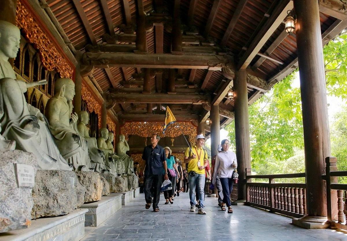 Hướng dẫn viên du lịch là cầu nối giữa khách hàng và doanh nghiệp.