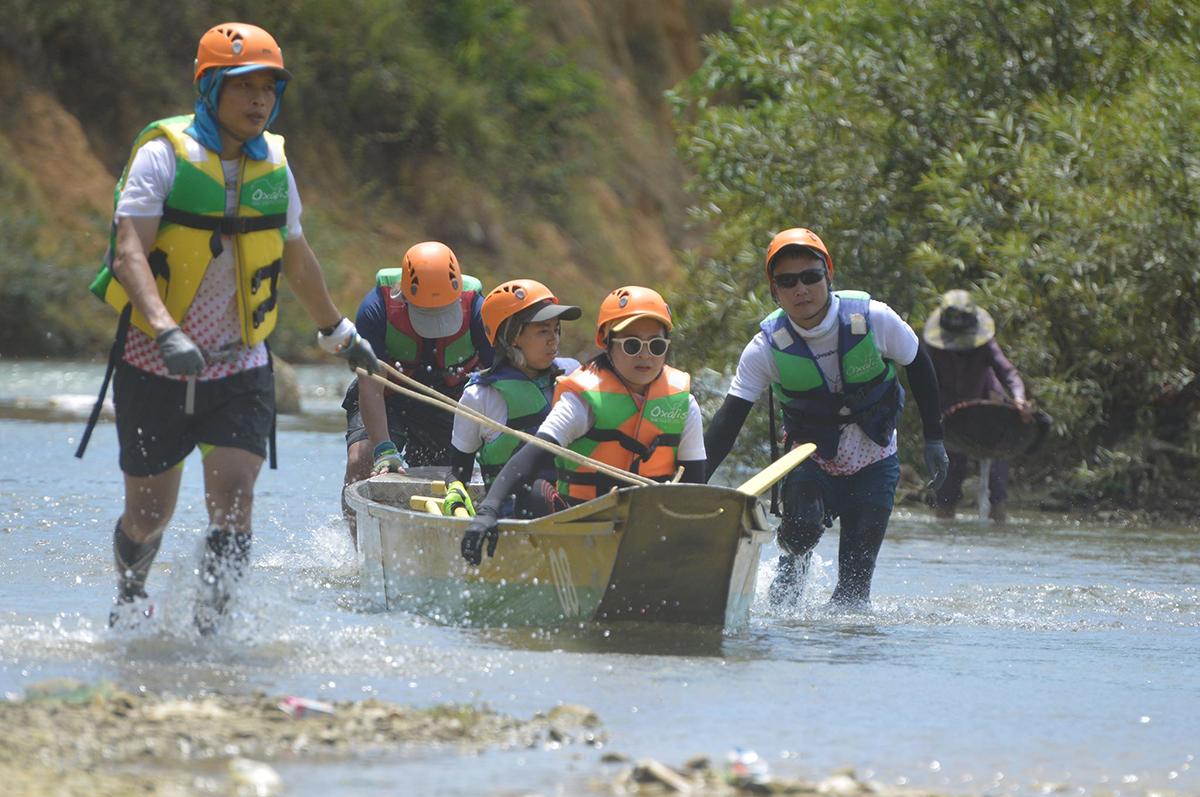 Các đội đua thuyền ngược dòng 14km trên sông Rào Nan. Ảnh: Hoàng Táo