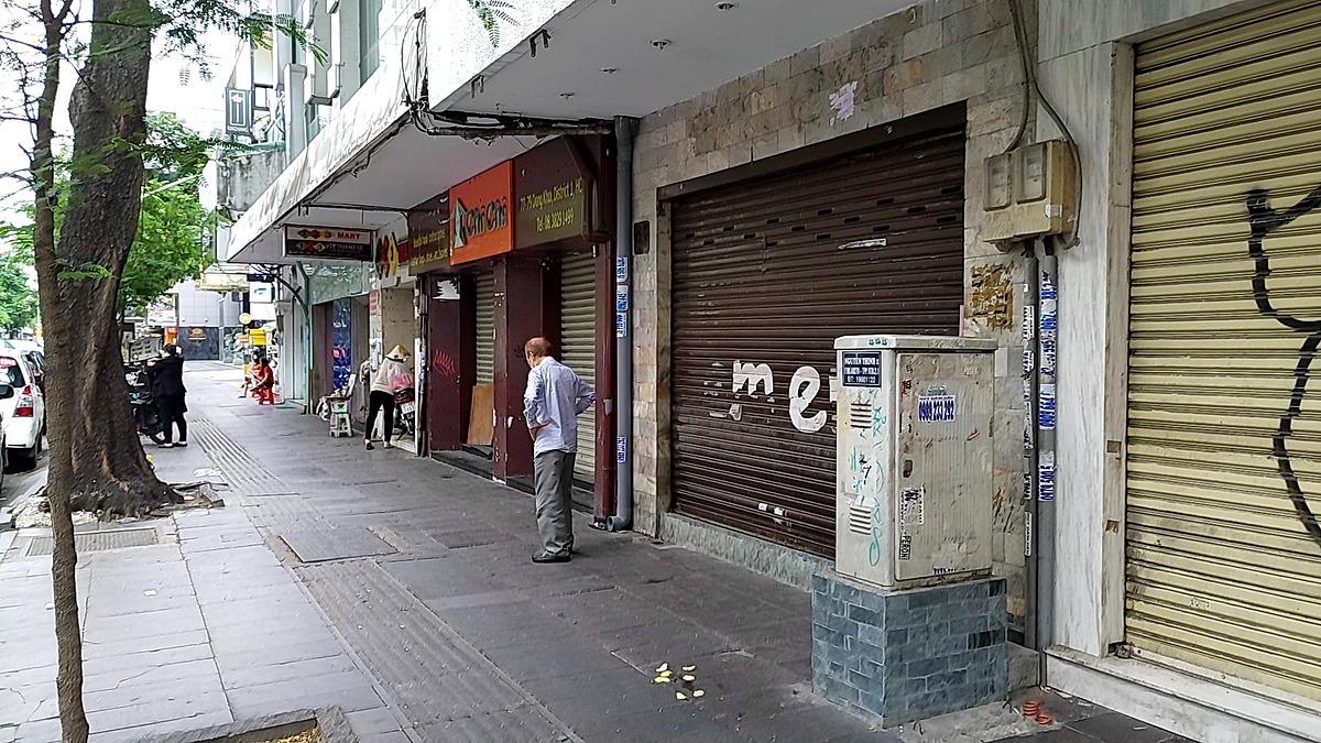 Hàng loạt cửa hàng vốn tấp nập du khách trên đường Đồng Khởi đóng cửa, trả mặt bằng, khiến tuyến đường được cho đắt giá nhất Thành phố trở nên hiu hắt. Ảnh chụp chiều 3/7. Ảnh: Nguyễn Nam.