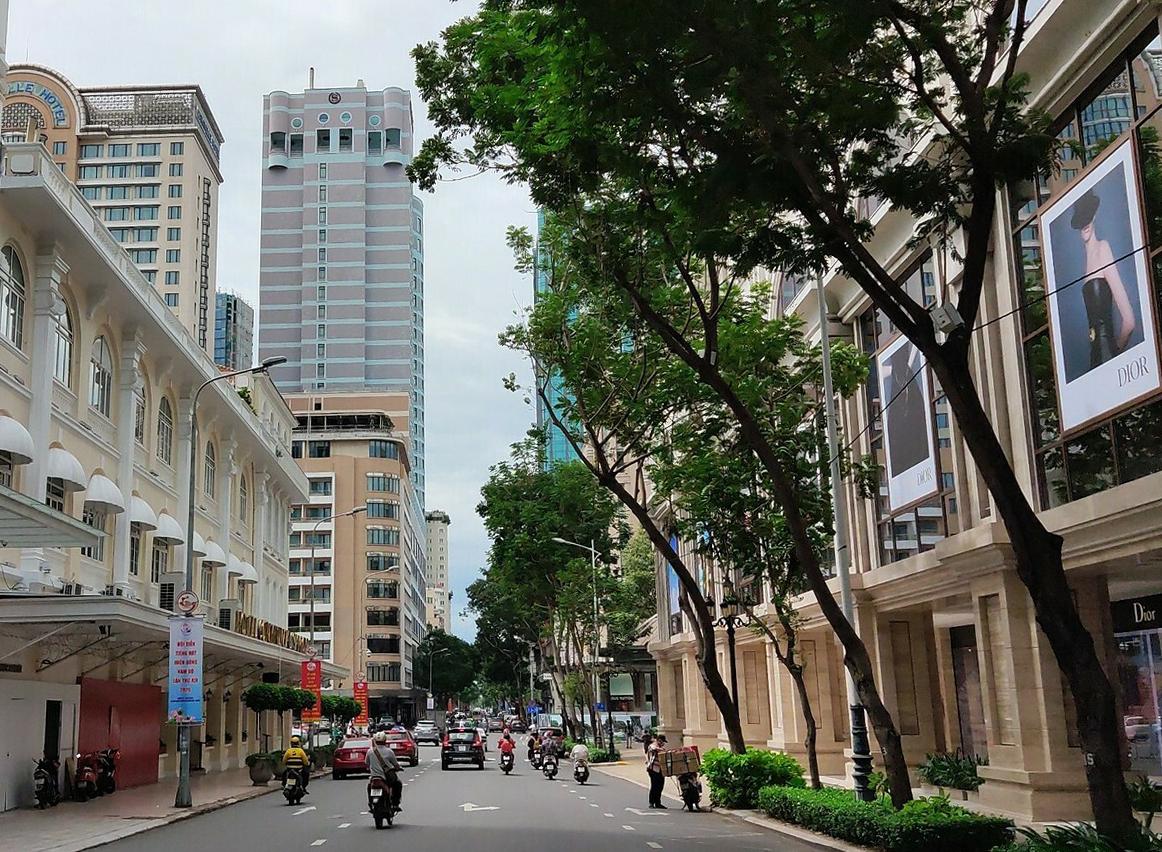Tuyến đường Đồng Khởi, kéo dài từ Nguyễn Du đến Tôn Đức Thắng gần 2 km và các con đường nhỏ lân cận tập trung phần lớn khách sạn từ 3 đến 5 sao của TP HCM. Ảnh: Nguyễn Nam.