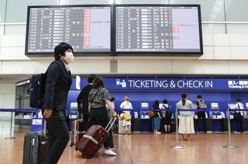 Hành khách check-in tại sân bay quốc tế Tokyo sáng 4/7.  Tính đến nay, Nhật Bản có hơn 19.000 ca lây nhiễm, bình phục hơn 16.000 ca. Ảnh: Kyodo.