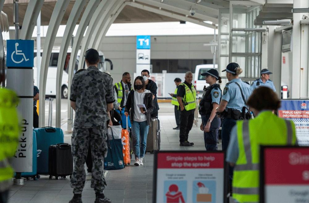 Nhân viên y tế và quân đội có mặt tại sân bay Sydney để kiểm kịch đối với những người trở về sau khi đi du lịch quốc tế. Ảnh: Rhett Wyman/9News.