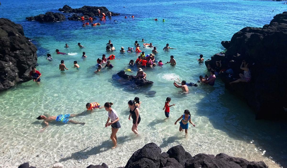Du khách tắm biển ở đảo Lý Sơn, Quảng Ngãi. Ảnh: Phạm Linh.