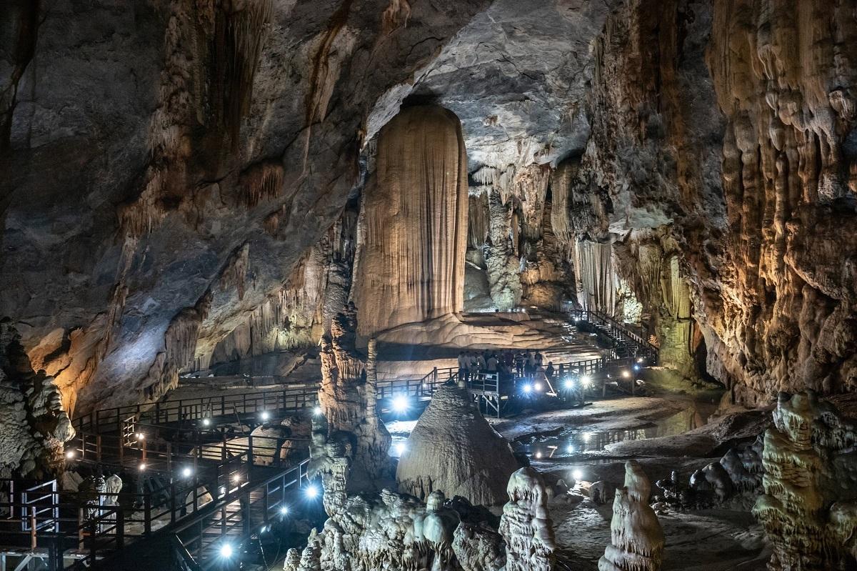 Patrick Scott đã đi qua các hang động, phỏng vấn người dân và chính quyền địa phương để thực hiện bài viết Exploring Spectacular Caves in a Quiet Corner of Vietnam (Tạm dịch: Khám phá hang động ngoạn mục ở một góc yên tĩnh của Việt Nam). Anh nhận định, Phong Nha là một trong những điểm đến du lịch mạo hiểm hàng đầu Việt Nam.
