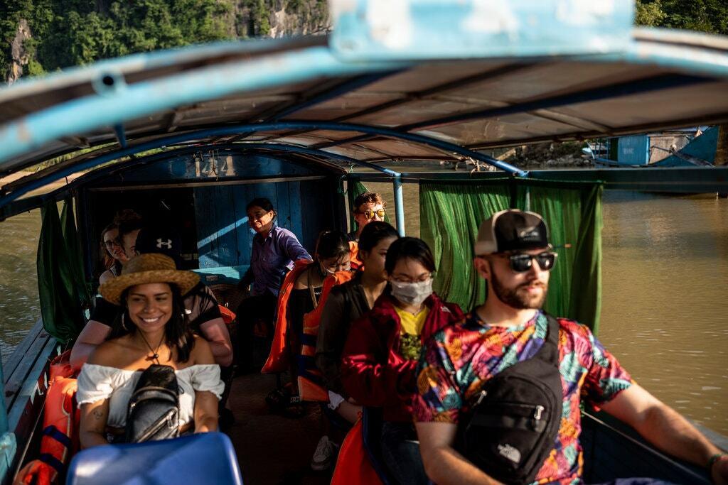 7. Phong Nha cách thành phố biển Đồng Hới khoảng 50 phút lái xe, sân bay có nhiều chuyến Thành phố Hồ Chí Minh và Hà Nội đến mỗi ngày. Patrick Scott khuyên du khách hãy trải nghiệm hành trình đến động Phong Nha hoặc Hang Thiên Đường bằng thuyền.