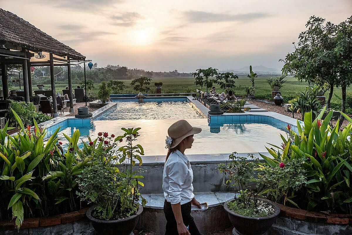 8. Nếu muốn nghỉ dưỡng, du khách có thể chọn các khách sạn sang trọng, có bể bơi và dịch vụ chèo thuyền kayak. Trong thị trấn cũng có các nhà hàng đặc sản địa phương, quán cà phê phong cách châu Âu.