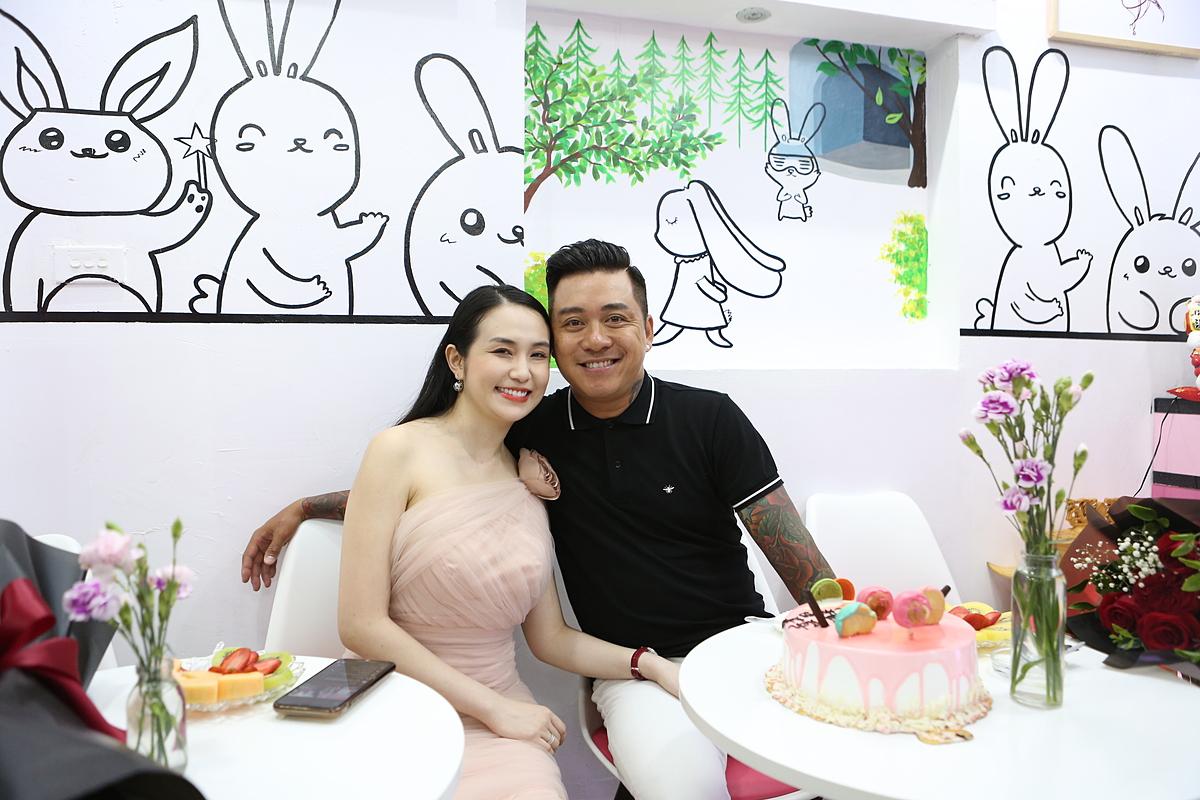 Vợ chồng ca sĩ Tuấn Hưng trong ngày ra mắt thương hiệu sữa chua Cô Thỏ.
