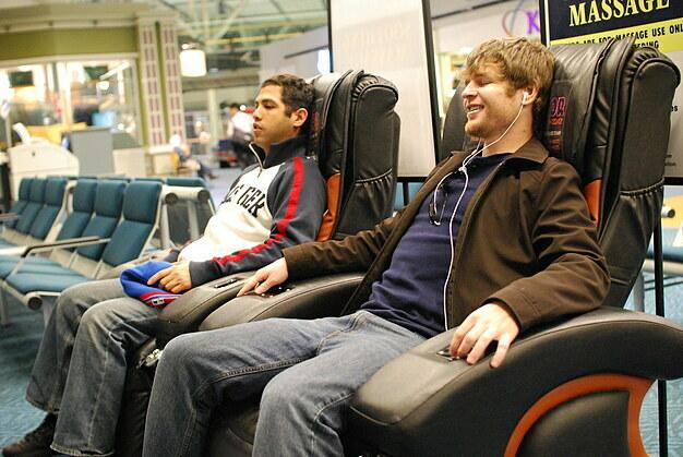 Ngoài ra, các hành khách bị trễ chuyến có thể dành thời gian thư giãn với ghế massage tại sân bay; làm đẹp (như trang điểm, đắp mặt nạ, cạo râu...); kết bạn; đan nốt chiếc khăn hay áo còn dang dở... Ảnh: Flickr