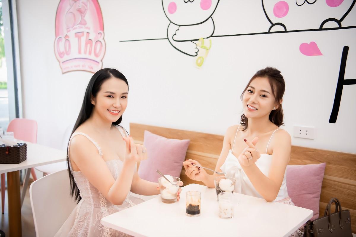Diễn viên Phương Oanh thử hương vị sữa chua Cô Thỏ.