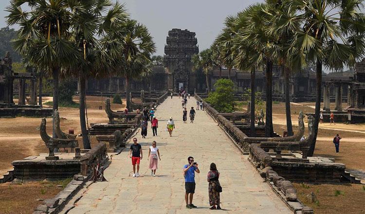 Du khách đến thăm Angkor Wat hồi tháng 3. Ảnh: AFP.