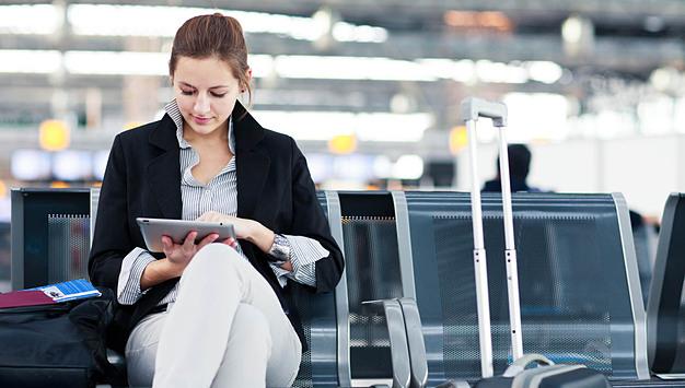 Đọc sách, xem phim  Vài tiếng ngồi chờ đợi chuyến bay cất cánh là thời điểm tuyệt vời để hành khách xem nốt bộ phim hay cuốn sách còn dang dở hoặc thưởng thức những tác phẩm đang hot. Bên cạnh đó, bạn cũng có thể dành thời gian này để học ngoại ngữ khi xem phim hay đọc sách nước ngoài. Ảnh: GetYourGuide