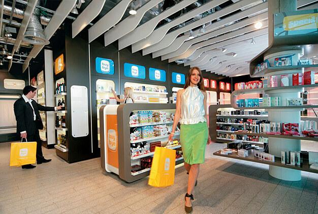 Đi mua sắm:  Nếu bạn đang đi du lịch quốc tế và còn dư một ít ngoại tệ, có thể tới những cửa hàng miễn thuế để mua sắm.