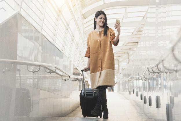 Đi bộ quanh sân bay  Hành khách có thể phải ngồi hàng tiếng đồng hồ trên chuyến bay dài hoặc bình thường, công việc bận rộn, không có nhiều thời gian tập thể dục khiến cơ thể nhức mỏi, việc đi bộ sẽ là cách thư giãn rất tốt. Trong quá trình đi dạo, bạn không chỉ có cơ hội khám phá từng ngóc ngách tại sân bay mà còn tìm kiếm được những góc chụp ảnh sống ảo.