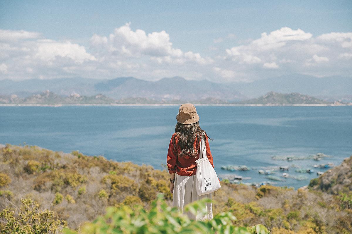 Nước biển xanh màu ngọc bích, những bãi cát trắng mịn trải dài, những dãy núi xa xa và thuyền bè đi lại tấp nập lôi cuốn Hoài Thương đứng ngắm cảnh cả ngày.