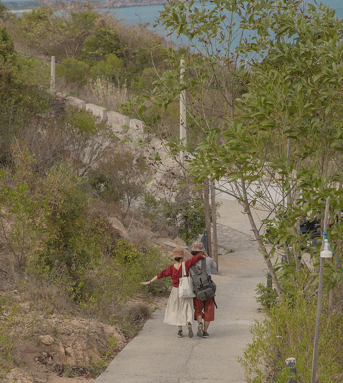 Bên cạnh trải nghiệm tắm biển, đi ca nô ra đảo, Thương còn thích tản bộ trên những con đường nhỏ trên núi. Vừa đi vừa ghi lại những bức ảnh kỷ niệm.