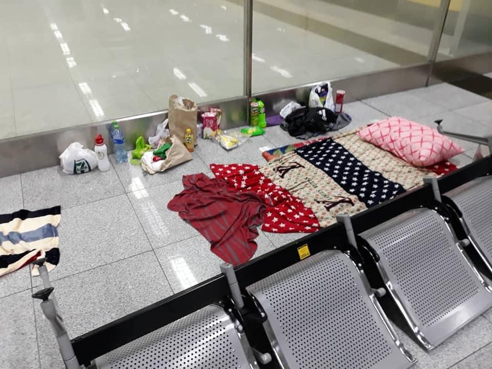 Chỗ ngủ của trong tuần đầu tiên ở sân bay. Ảnh: Roman Trofimov.