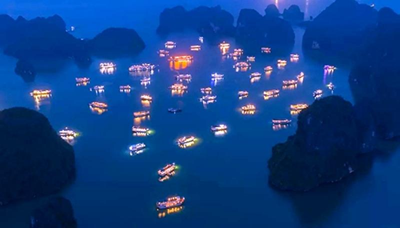 Tàu nghỉ đêm trên vịnh Hạ Long. Ảnh: Trung Phạm