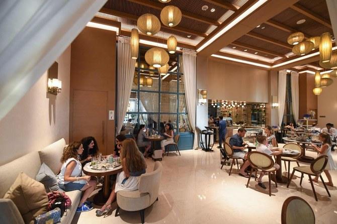 Khách du lịch dùng bữa trong nhà hàng của khách sạn Al Naseem vào 7/7. Ảnh: AFP.