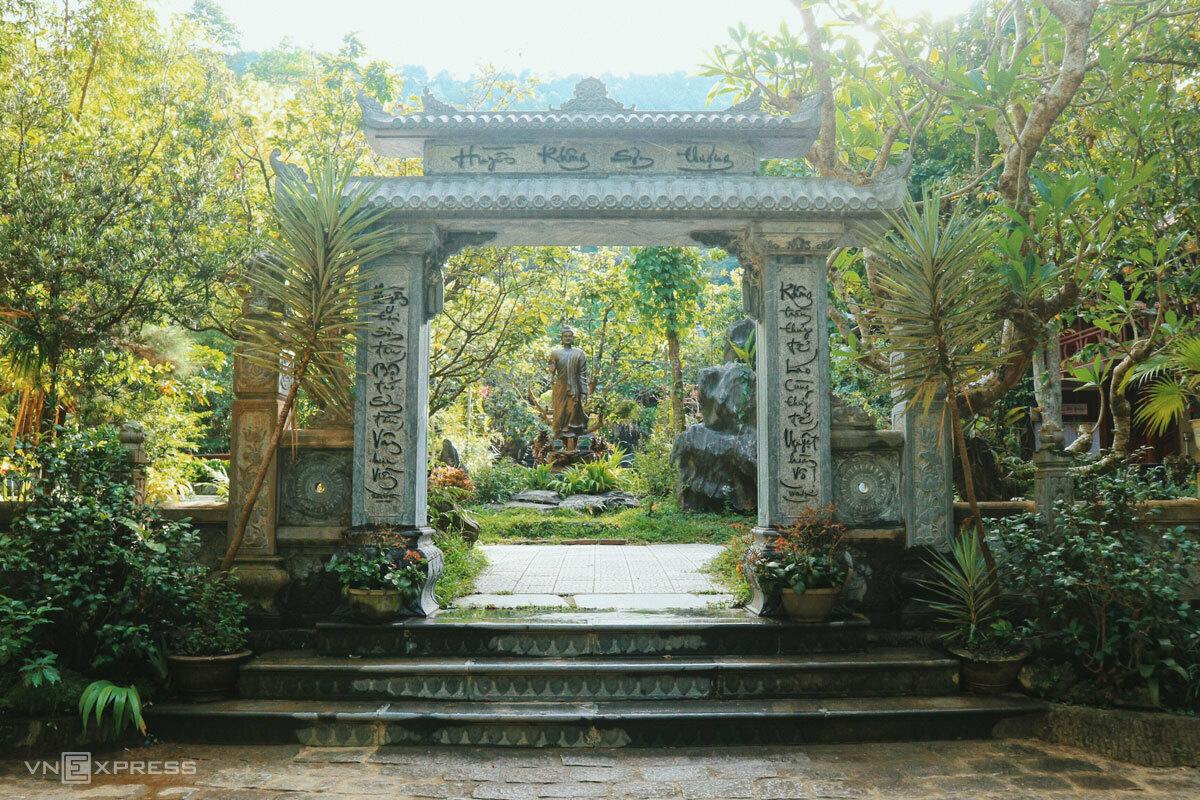 Cổng vào chùa được viết hai câu đối bằng chữ thư pháp. Ảnh: Ngân Dương.