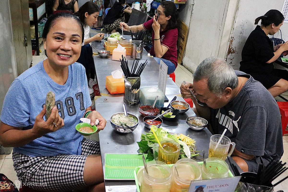 Vợ chồng cô Từ Ánh Chăm thường từ quận Bình Thạnh đến quán ở quận 5 để thưởng thức những món ăn hợp vị. Ảnh: Thanh Thu.