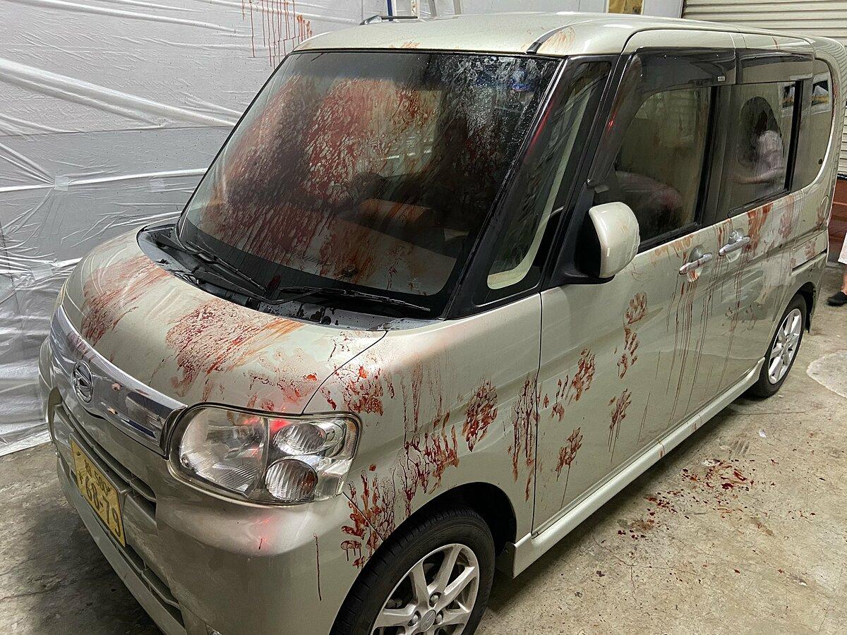 Chỉ cần trả thêm 1.000 yen (khoảng 10 USD), khách tham quan sẽ được lái một chiếc xe nhuốm máu giả. Nếu không có xe riêng, khách có thể thuê. Ảnh: @iwakensan187/Twitter.