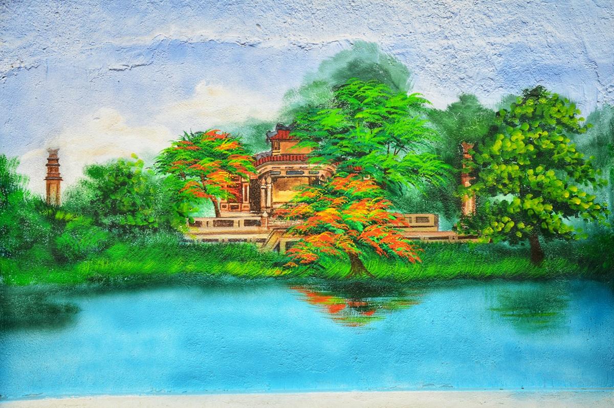 Các họa sĩ vẽ tranh tường cũng tái hiện vẻ đẹp bia Quốc Học (đường Lê Lợi)