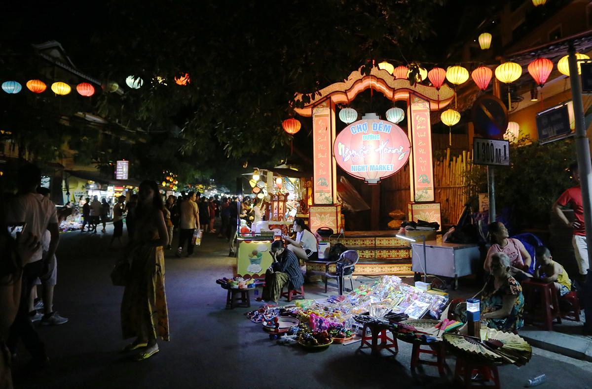 Chợ đêm mở lại tối ngày 10/7. Ảnh: Đắc Thành.