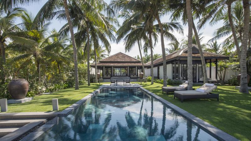 Bể bơi và không gian xanh mát bên trong Four Seasons The Nam Hải Hội An. Ảnh: ivivu.